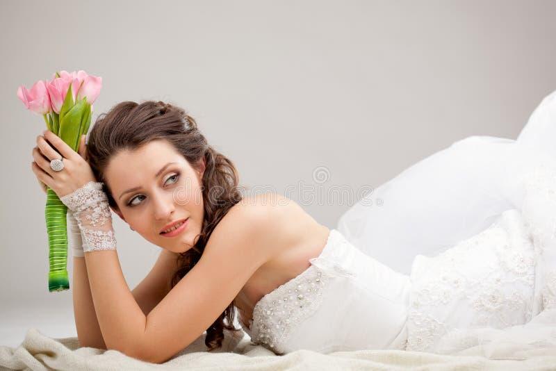 Studiofoto van een bruid die op de vloer liggen royalty-vrije stock foto's