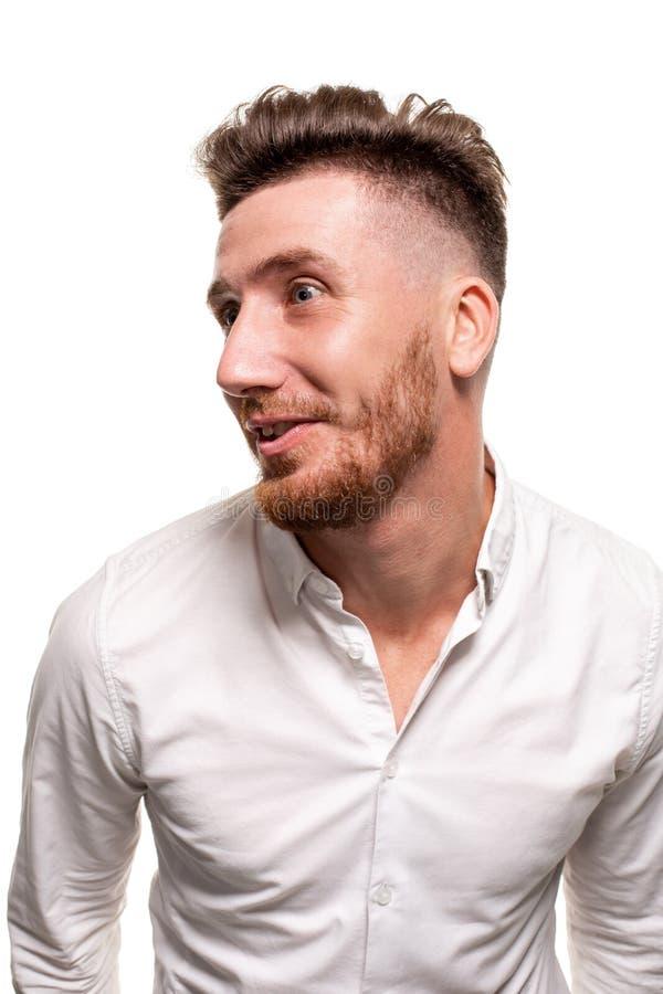 Studiofoto van een knappe mens in een wit die overhemd, over een witte achtergrond wordt geïsoleerd royalty-vrije stock foto