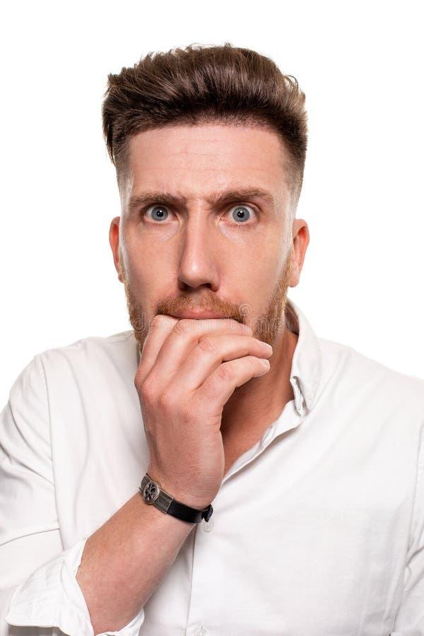Studiofoto van een knappe mens in een wit die overhemd, over een witte achtergrond wordt geïsoleerd stock foto's