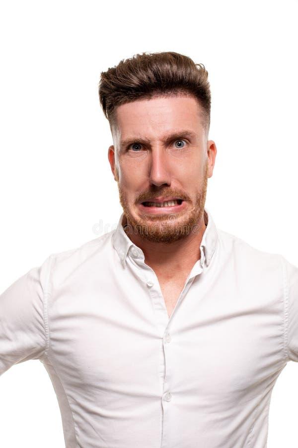 Studiofoto van een knappe mens in een wit die overhemd, over een witte achtergrond wordt geïsoleerd royalty-vrije stock afbeeldingen