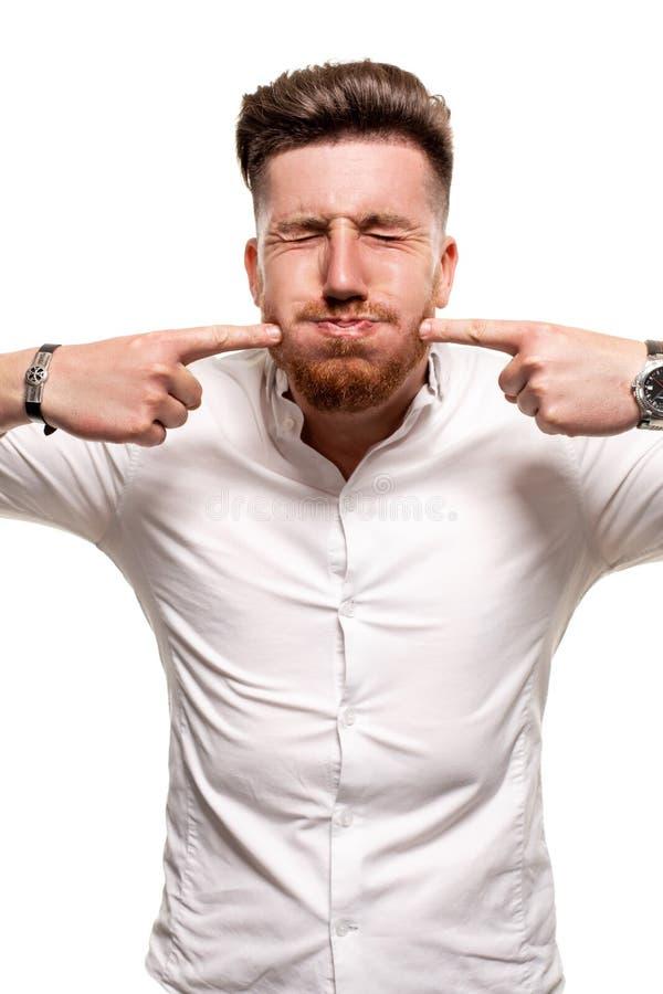 Studiofoto van een knappe mens in een wit die overhemd, over een witte achtergrond wordt geïsoleerd royalty-vrije stock fotografie