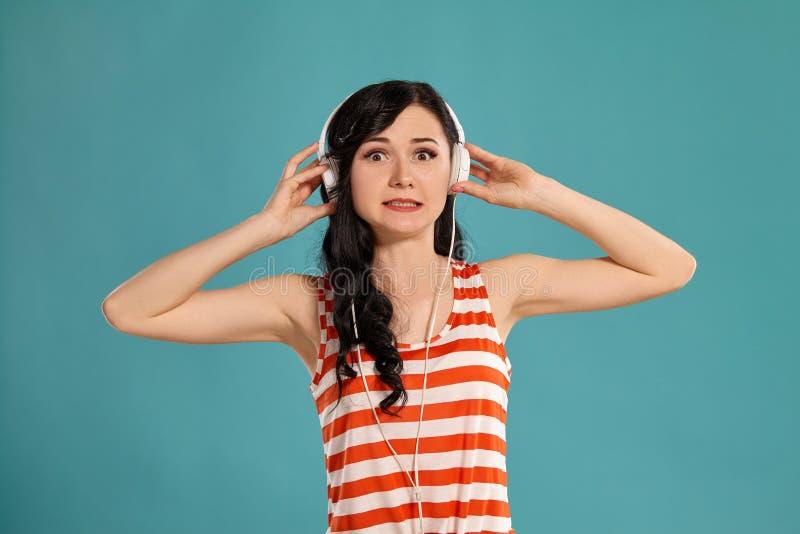 Studiofoto van het schitterende meisjestiener stellen over een blauwe achtergrond royalty-vrije stock afbeeldingen
