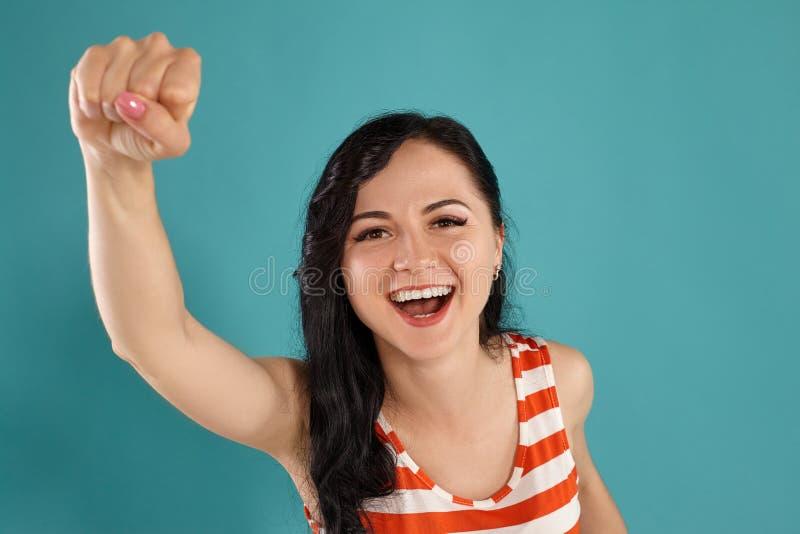 Studiofoto van het schitterende meisjestiener stellen over een blauwe achtergrond royalty-vrije stock afbeelding