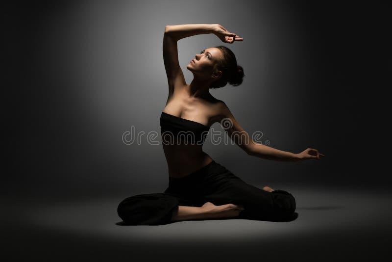 Studiofoto van mooi sexy meisje die yoga doen royalty-vrije stock foto's
