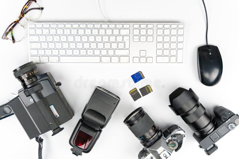 Studiofotografi med datorer, kameror, exponeringar och den åtskilliga linsen royaltyfria bilder