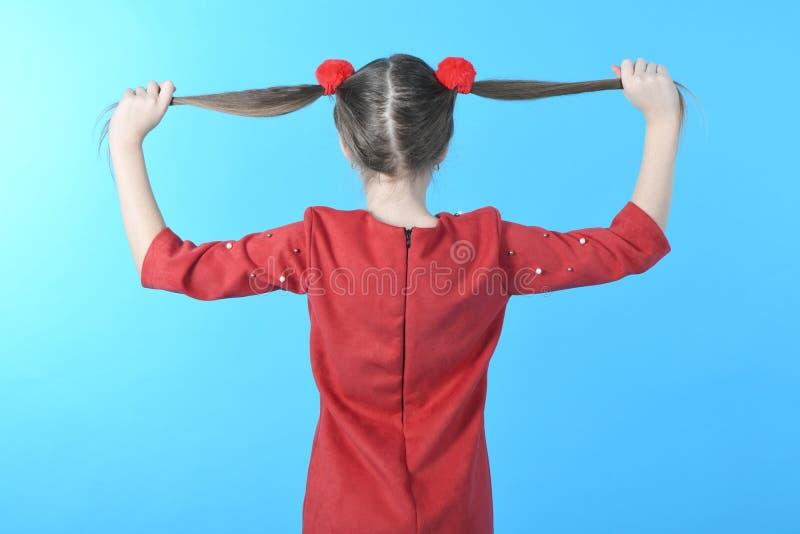 Studiofotom?dchen in voller L?nge, das rote Kleiderstellung tr?gt lizenzfreie stockfotografie