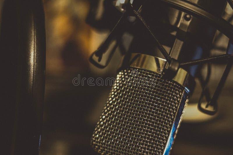 Studiokondensatormikrofon på bangarmen fotografering för bildbyråer