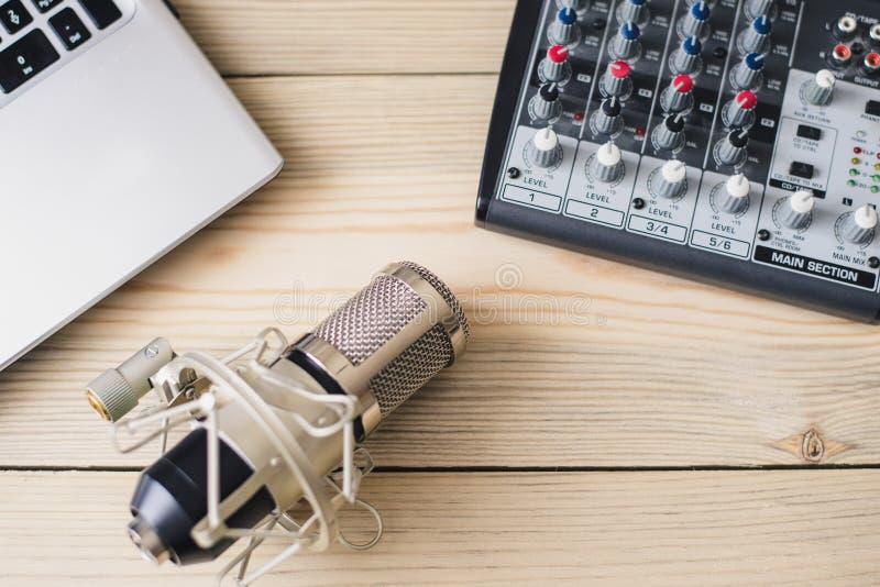 Studiolaptop microfoon en het mengen van console op houten achtergrond royalty-vrije stock afbeeldingen