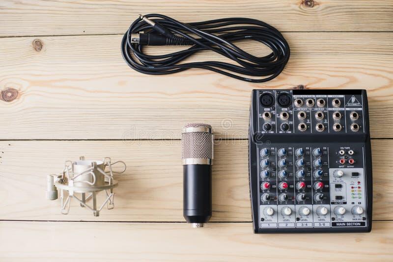 Studiolaptopmikrofon und mischende Konsole auf hölzernem Hintergrund stockfotografie
