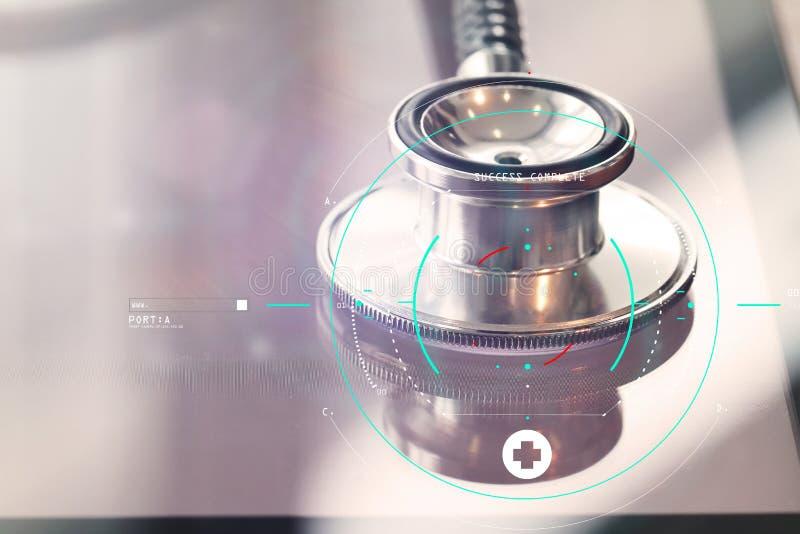 Studiomakroen av en stetoskop och den digitala minnestavlan med grunt GÖR arkivfoto
