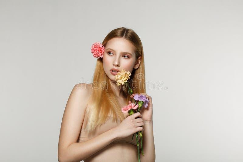 Studiomodefoto av den härliga unga blonda kvinnan arkivfoto