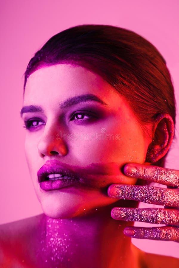 Studiomodeporträt der attraktiven Frau mit geschmiertem lipstic lizenzfreie stockfotos