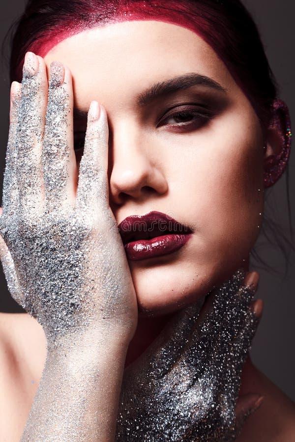 Studiomodeporträt der attraktiven Frau mit kreativem machen-u stockbilder