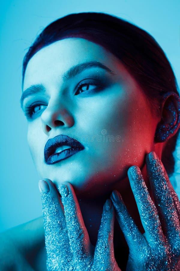 Studiomodeporträt der attraktiven Frau mit kreativem machen-u lizenzfreie stockbilder