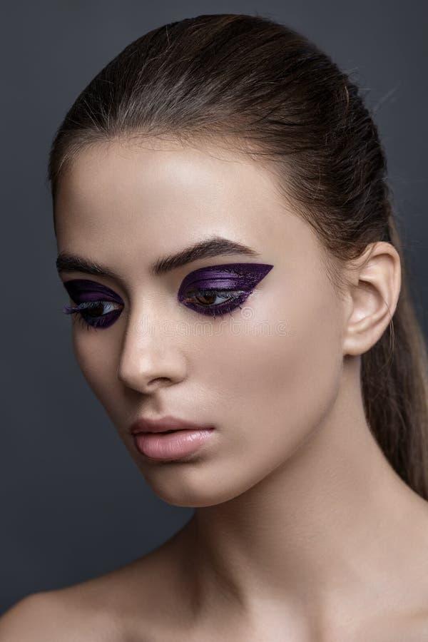 Studiomodeporträt hübscher Frau Yong Make-up, purpurrotes ey stockbilder