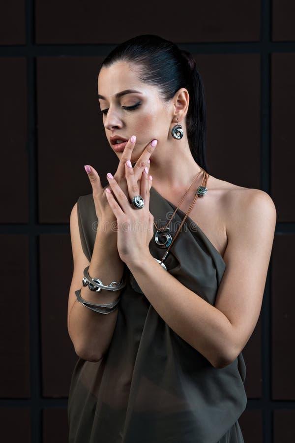 Studiomodestående av den härliga glamourmodellen med smokey e royaltyfri bild