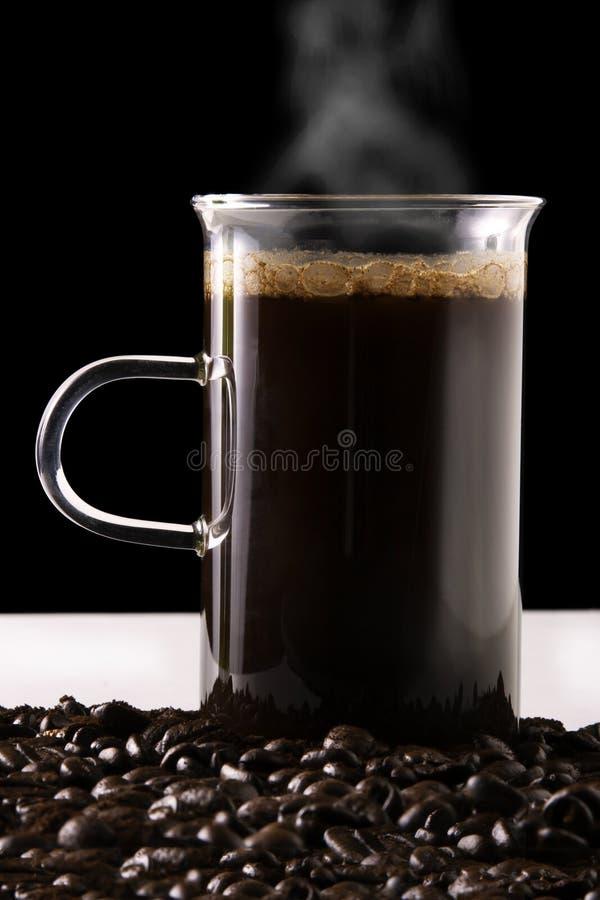 Hoat kaffe, kuper och bönor fotografering för bildbyråer