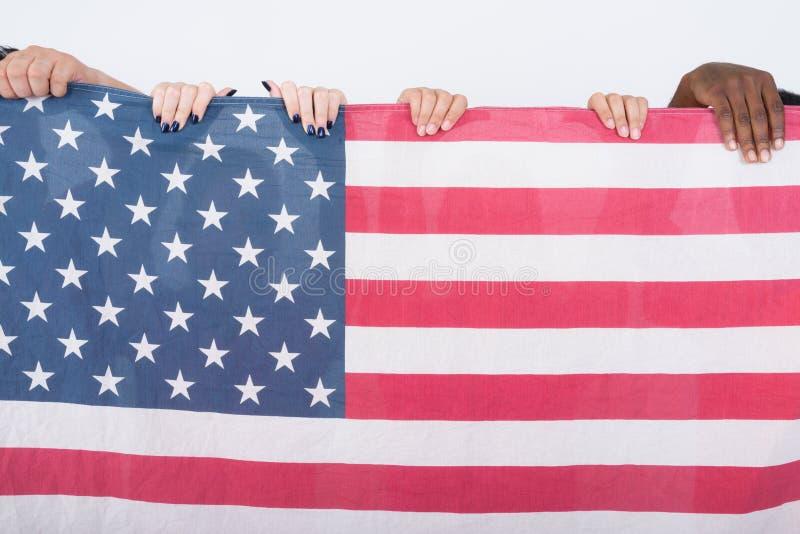 Studion sköt av amerikanska flaggan med den olika gruppen av mång- eth fotografering för bildbyråer