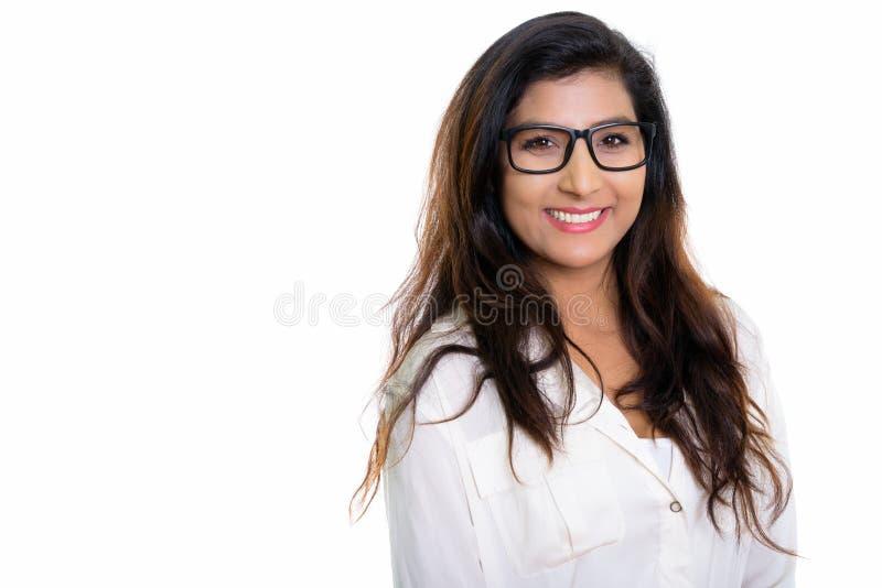 Studion sköt av den unga lyckliga persiska kvinnan som ler med glasögon arkivfoto