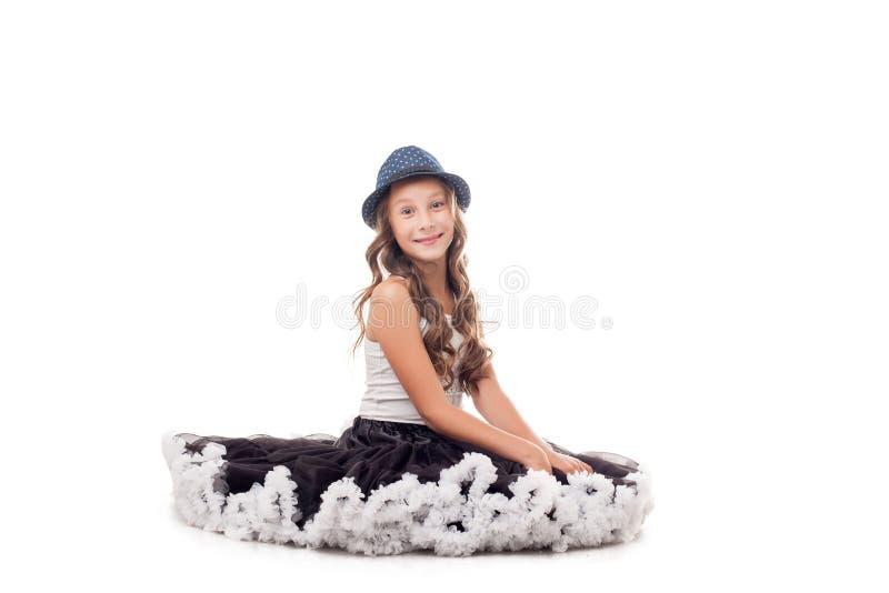 Studion sköt av rolig ung ballerina i hatt arkivfoton