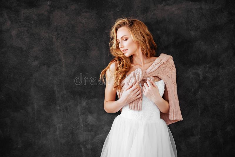 Studion sk?t av h?rlig ung kvinna med blont h?r arkivfoto