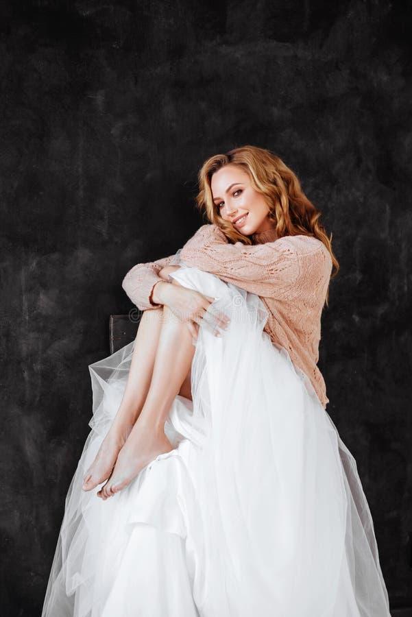 Studion sk?t av h?rlig ung kvinna med blont h?r royaltyfri bild