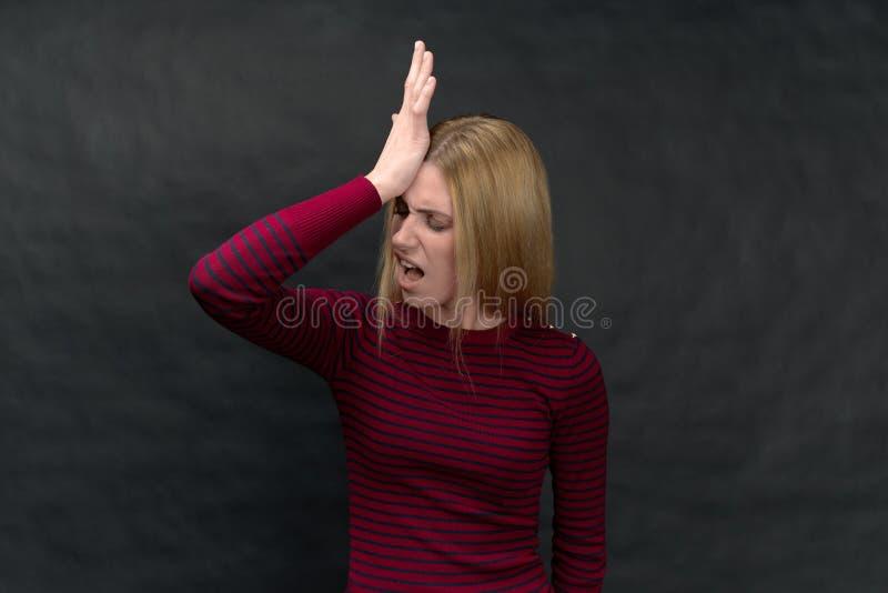 Studion specificerade högt ståenden av en ung flicka på en svart backg fotografering för bildbyråer