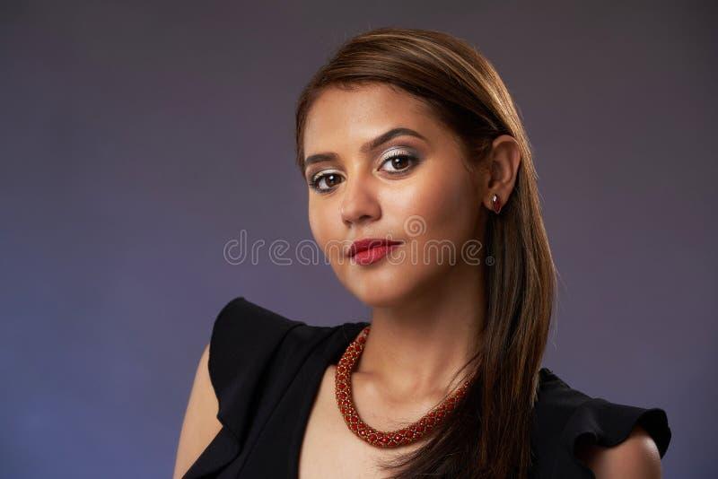 Studioportarit av den unga kvinnan royaltyfri fotografi