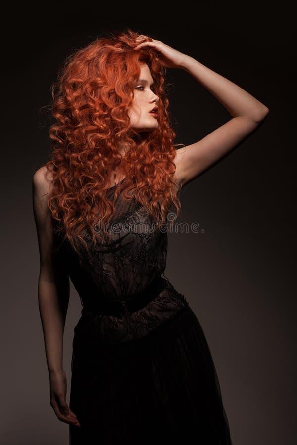 Redheadfrau mit dem langen Haar stockfotografie