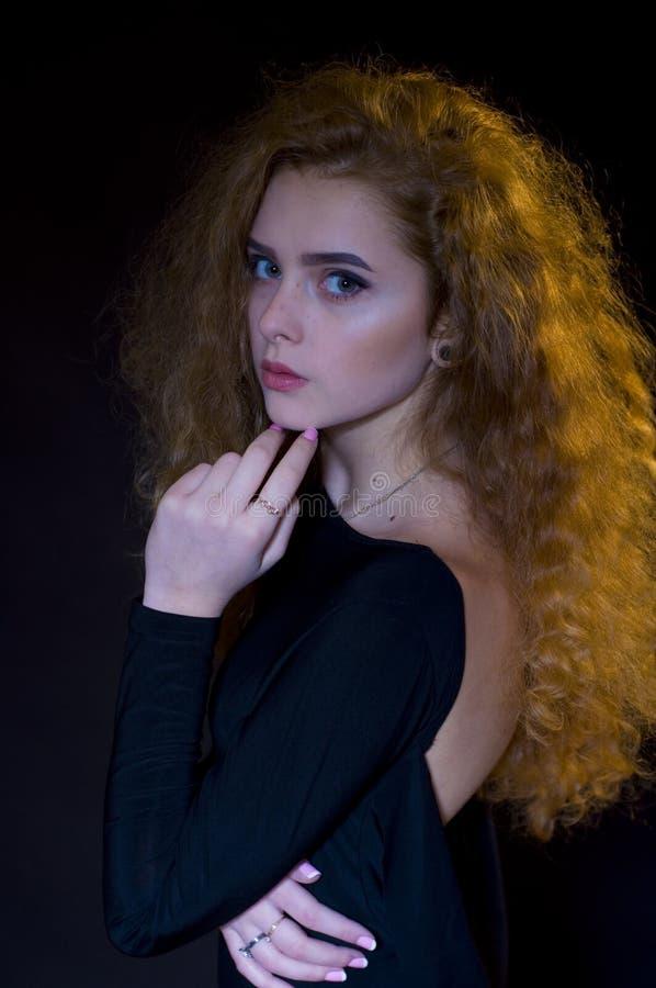 Studioporträt des schönen jungen Modells auf schwarzem Hintergrund stockfoto