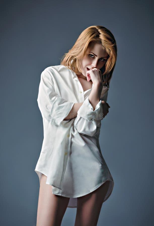Studioporträt des sexy tragenden weißen Hemdes des jungen Mädchens stockfoto
