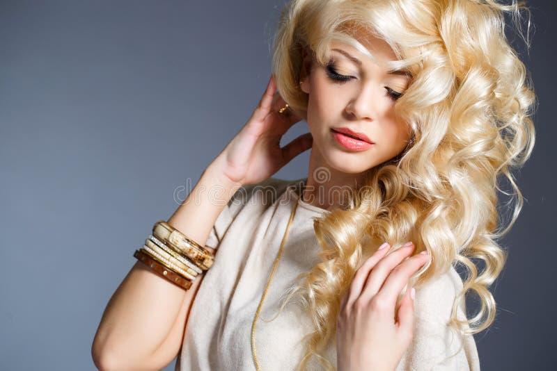 Studioporträt einer erstaunlichen Schönheitsblondine stockfoto