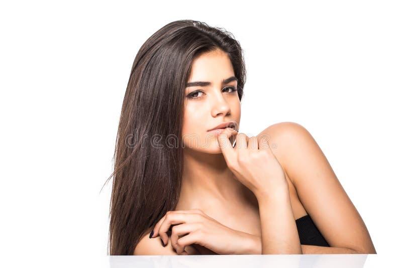 Studioporträt einer schönen jungen Frau mit dem braunen Haar Hübsches vorbildliches Mädchen mit perfekter frischer sauberer Haut  stockfoto
