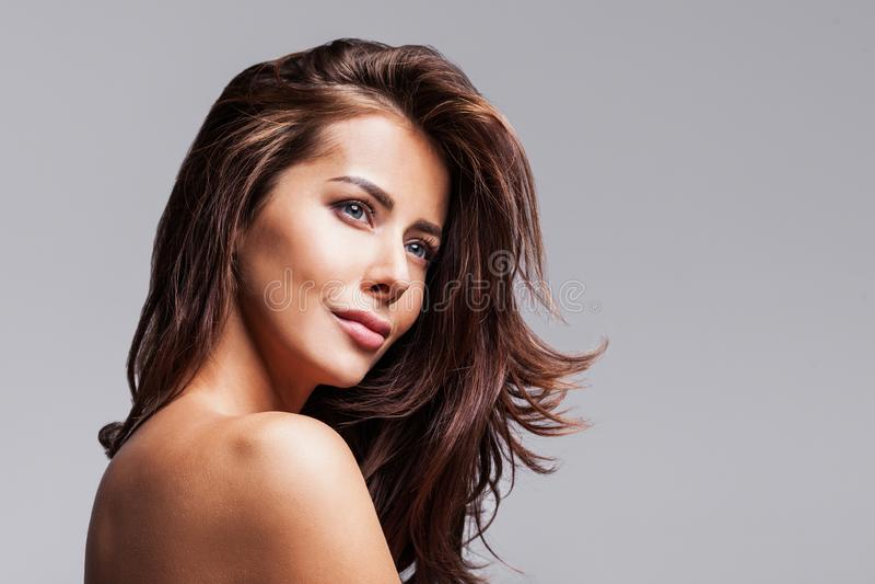 Studioporträt einer schönen jungen Frau mit dem langen brunette Haar lizenzfreie stockfotos