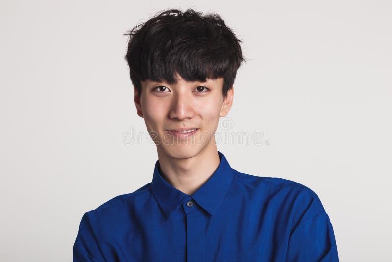 Studioporträt eines asiatischen Mannlächelns überzeugt und glücklich lizenzfreies stockfoto