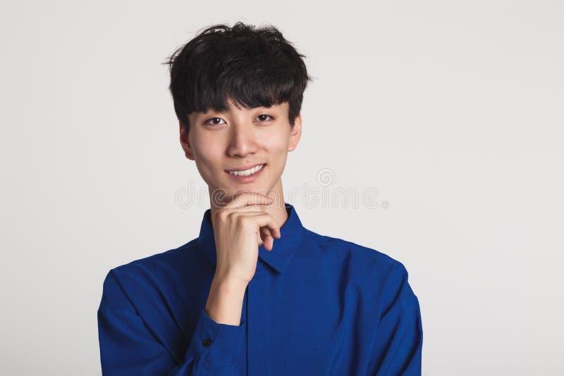 Studioporträt eines asiatischen Mannlächelns überzeugt und glücklich lizenzfreie stockfotos