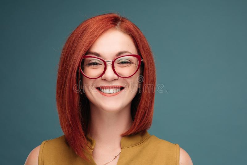Studioporträt eines glücklichen Mädchens mit dem braunen Haar lizenzfreies stockfoto