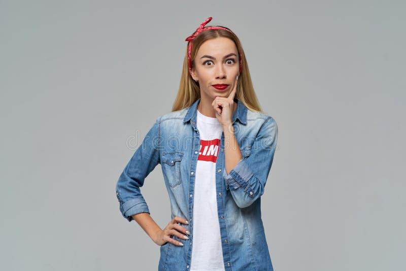 Studioporträt eines jungen Mädchens mit einem entsetzten beunruhigenden Blick Sie hatte eine interessante Idee und sie mit verrüc lizenzfreies stockbild