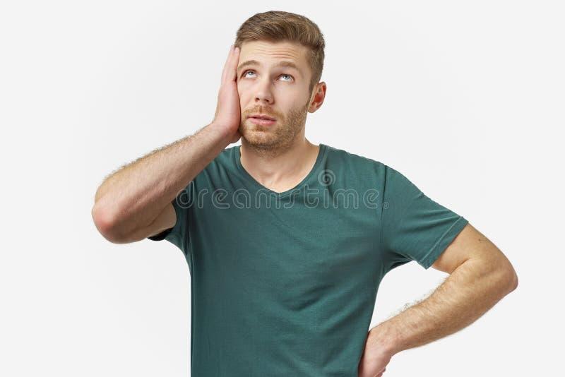 Studioporträt eines jungen Mannes Er setzt Hand, um in der Schande und in der Frustration gegenüberzustellen Das Konzept des Ausf lizenzfreie stockfotos