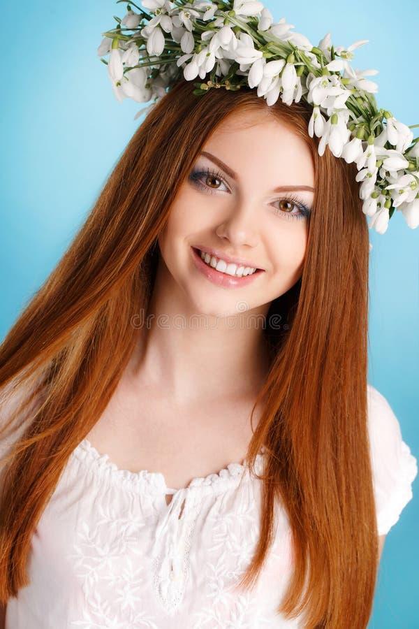Studioporträt eines Mädchens im Kranz von Blumen lizenzfreie stockfotos