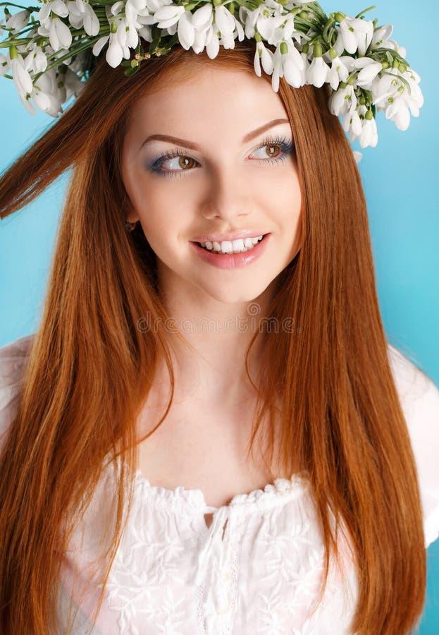 Studioporträt eines Mädchens im Kranz von Blumen lizenzfreies stockfoto