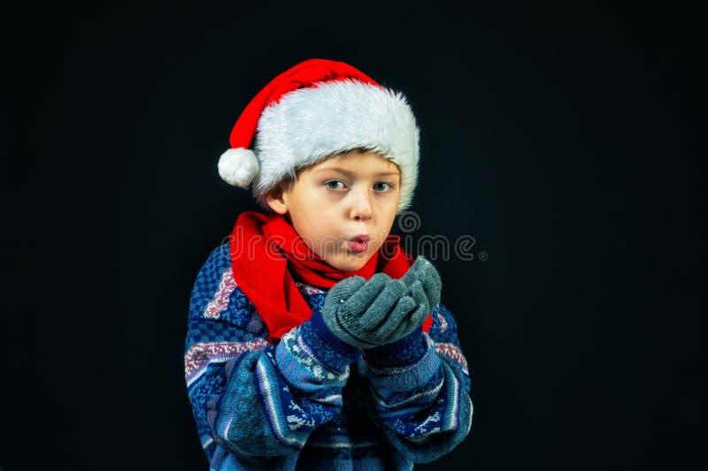 Studioporträt eines netten Jungen in Sankt Hut lizenzfreie stockfotografie