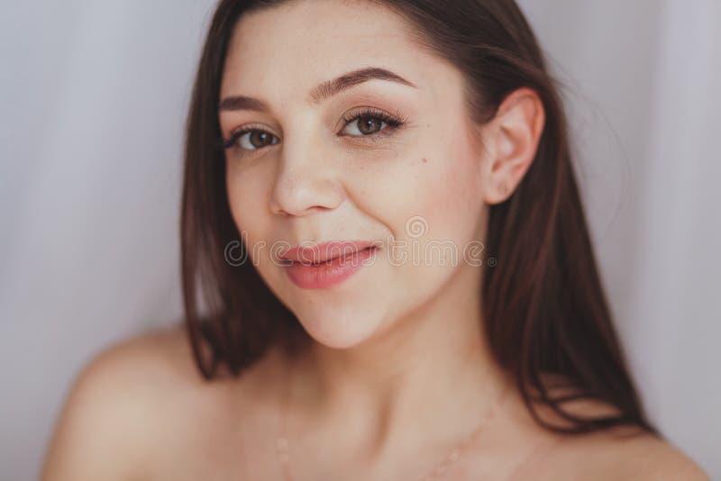 Studioporträt eines schönen jungen kaukasischen Frauenlächelns stockbilder