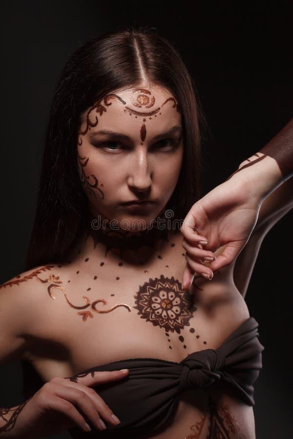 Studioporträt von Brunette mit exotischem Auftritt lizenzfreies stockfoto
