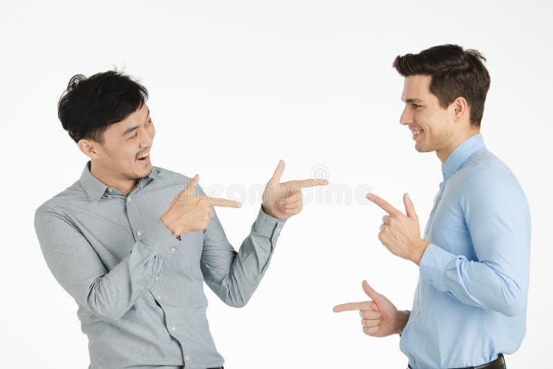 Studioporträt von zwei Männern stockbild