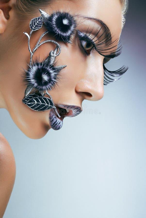 Studioportrait der jungen Frau mit kreativem makeu lizenzfreies stockfoto