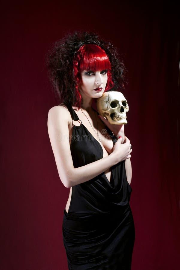 Studioportrait der jungen Lattenfrau im schwarzen Kleid lizenzfreies stockbild