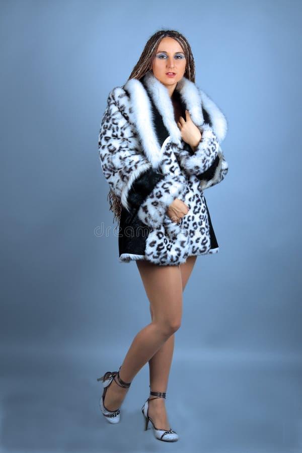 Studioportrait des Mädchens in einem Pelzmantel. stockfoto
