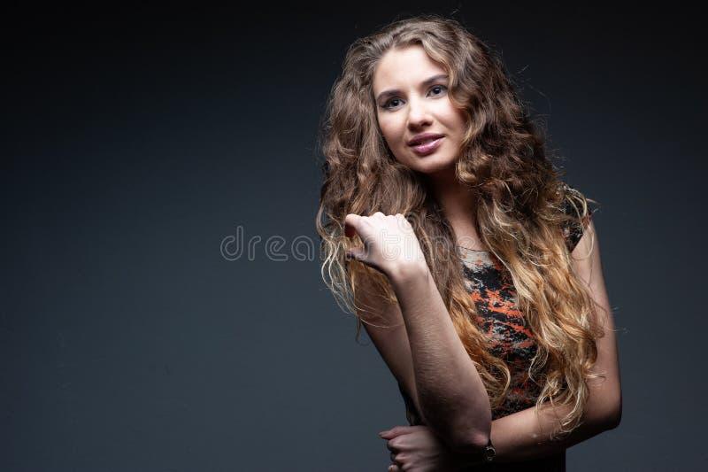 Studioportrait einer schönen Frau lizenzfreie stockfotografie