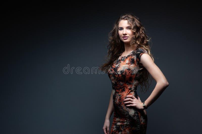 Studioportrait einer schönen Frau stockfoto